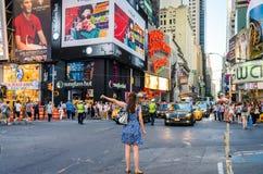 Kvinna som tidvis kallar en fyrkant för taxi under rusningstid Arkivbilder