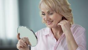 Kvinna som tillfredsställs med effekt av det nya vitaminkomplexet för hudskönhet och friskhet arkivfilmer