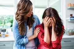 Kvinna som tröstar den bekymrade vännen arkivfoto
