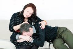 Kvinna som tröstar henne gråtman Arkivfoton