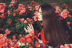 Kvinna som trycker på blommor royaltyfri fotografi
