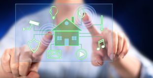 Kvinna som trycker på ett digitalt smart begrepp för hem- automation arkivfoton