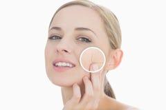 Kvinna som trycker på hennes hud med slut upp av hennes skrynklor royaltyfria foton