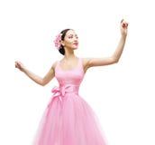 Kvinna som trycker på i rosa färgklänningen, modemodell High Waist Gown Arkivfoton