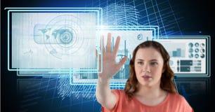 kvinna som trycker på och påverkar varandra med teknologimanöverenhetspaneler royaltyfria bilder