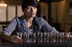 Kvinna som tungt dricker på en stång Royaltyfri Fotografi
