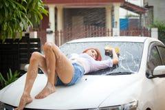 Kvinna som tvättar en bil Arkivbilder