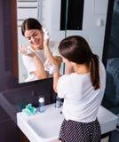 Kvinna som tvättar sig upp i morgonen Royaltyfri Foto