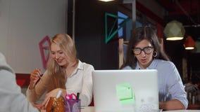 Kvinna som tv? h?rt i regeringsst?llning arbetar lager videofilmer