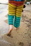 Kvinna som tycker om att gå på stranden på sommar Tid som bär Co Royaltyfri Bild