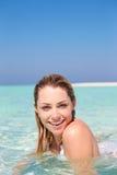 Kvinna som tycker om strandferie Royaltyfri Foto
