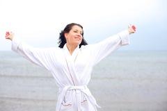 Kvinna som tycker om den kalla nya luften av stranden Royaltyfria Foton