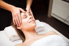 Kvinna som tycker om en ansikts- massage royaltyfria foton