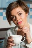 Kvinna som tycker om en kopp te Royaltyfria Bilder