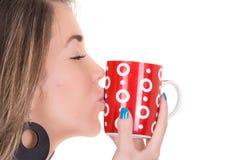 Kvinna som tycker om en stor kopp av nytt bryggat varmt royaltyfria bilder