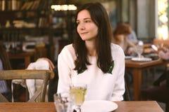 Kvinna som tycker om ett mål i en restaurang arkivbild
