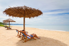 Kvinna som tycker om ferier under ett slags solskydd Fotografering för Bildbyråer