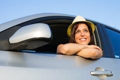 Kvinna som tycker om frihet i hennes bil Royaltyfri Fotografi