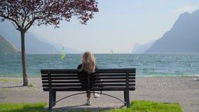Kvinna som tycker om Garda sjösikt lager videofilmer