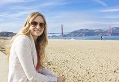 Kvinna som tycker om henne San Francisco semester Fotografering för Bildbyråer