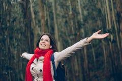 Kvinna som tycker om hennes flykt och frihet i skogen Royaltyfria Foton