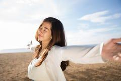 Kvinna som tycker om hennes tid i stranden Arkivfoton