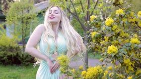 Kvinna som tycker om i trädgården lager videofilmer