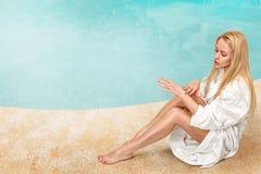Kvinna som tycker om i tropiska SPA Royaltyfria Bilder