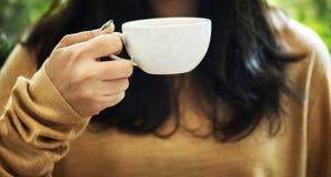 Kvinna som tycker om kaffe på helgen arkivfoto