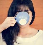 Kvinna som tycker om kaffe på helgen royaltyfri foto