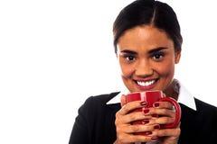 Kvinna som tycker om kaffe under arbetsavbrott Royaltyfria Foton
