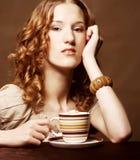 Kvinna som tycker om kaffetid fotografering för bildbyråer
