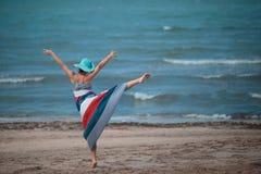 Kvinna som tycker om liv på havet Arkivfoton
