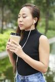 Kvinna som tycker om lukten av kaffe royaltyfri bild