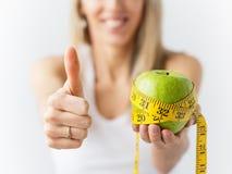 Kvinna som tycker om lyckad viktförlust Arkivbild