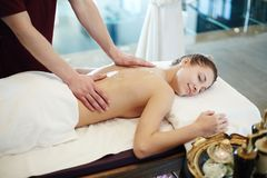 Kvinna som tycker om massage i SPA Arkivbild