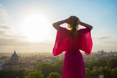 Kvinna som tycker om morgon i Rome royaltyfria bilder