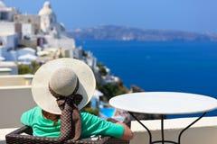 Kvinna som tycker om sikt av Santorini, Grekland Arkivfoto