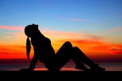 Kvinna som tycker om solnedgång Arkivfoto
