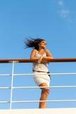 Kvinna som tycker om solnedgångkryssning Arkivfoto