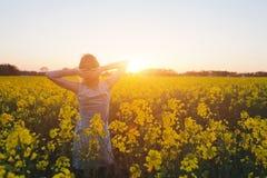 Kvinna som tycker om sommar och naturen Arkivfoton