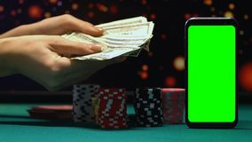 Kvinna som tycker om stor vinst i pengar, och chiper, online-kasino som spelar böjelse arkivfilmer