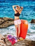 Kvinna som tycker om strandaktivitet Royaltyfri Fotografi