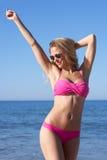 Kvinna som tycker om strandferie Royaltyfria Foton