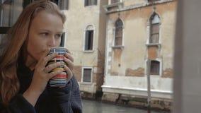 Kvinna som tycker om varm te- och yttersidasikt arkivfilmer