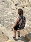 Kvinna som undersöker den roman teatern av Kourion i Cypern royaltyfri foto