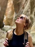 Kvinna som undersöker en kanjon i Cypern fotografering för bildbyråer