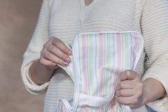 Kvinna som upp väljer det menstruations- blocket från hennes handväska arkivfoton