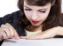Kvinna som upp väljer något som är liten arkivbild