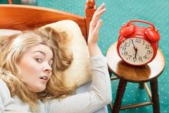 Kvinna som upp vaknar roterande av ringklockan i morgon Royaltyfria Foton